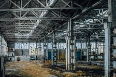 有垃圾的被放弃的大工业大厅 沃罗涅日挖掘机制造业工厂 库存照片