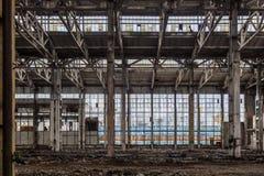 有垃圾的被放弃的大工业大厅 沃罗涅日挖掘机制造业工厂 库存图片