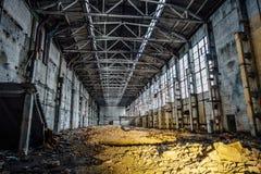 有垃圾的被放弃的大工业大厅 沃罗涅日挖掘机制造业工厂 免版税库存照片