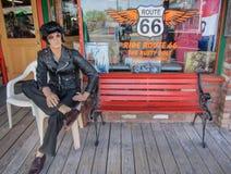 有埃尔维斯・皮礼士利图的怀乡商店坐长凳在路线66 arizonian 美国 春天2015年 库存照片