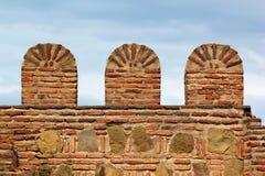 有城垛的老砖石头堡垒墙壁 免版税库存图片