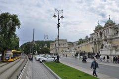 有城堡庭院义卖市场的Lanchid街道 免版税库存照片