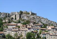 有城堡的中世纪村庄 免版税库存图片
