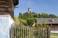 有城堡的村庄 免版税库存照片