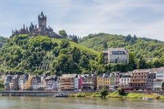 有城堡的科赫姆沿河摩泽尔在德国 免版税库存图片