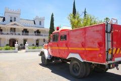有城堡的老镇喜欢旅馆和老消防车 库存图片
