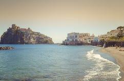有城堡的Aragonese坐骨Ponte在坐骨海岛,那不勒斯意大利海湾  免版税图库摄影