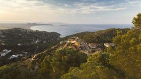 有城堡的Begur,一个典型的西班牙镇在卡塔龙尼亚,西班牙 图库摄影