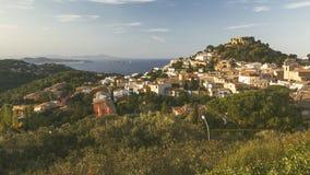 有城堡的Begur,一个典型的西班牙镇在卡塔龙尼亚,西班牙 免版税库存图片