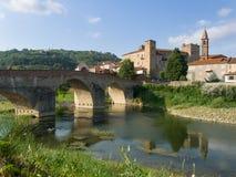 有城堡,教会和罗马的莫纳斯泰罗博尔米达中世纪村庄 免版税库存照片