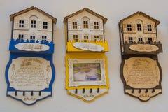 有城市的名字的家磁铁 美丽的手工制造纪念品由木头,传统土耳其市场制成 义卖市场,土耳其, 免版税库存照片