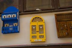 有城市的名字的议院 美丽的手工制造纪念品由木头,传统土耳其市场制成 义卖市场,土耳其,埃斯基谢希尔 库存照片