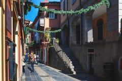 有城市美好的建筑学的传统意大利狭窄的街道在Como湖附近的 免版税库存照片