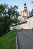 有城楼和Andronikov修道院的天使迈克尔的教会的石堡垒墙壁 莫斯科俄国 图库摄影