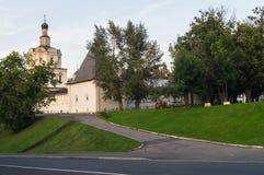 有城楼和Andronikov修道院的天使迈克尔的教会的石堡垒墙壁 莫斯科俄国 免版税库存图片
