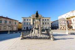 有城镇厅和市立图书馆的Tartini广场在皮兰 免版税库存照片