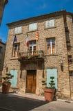 有城镇厅Hotel de Ville大厦的街道在Châteauneuf duPape 免版税图库摄影