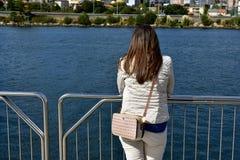 有基于扶手栏杆和看看法的妇女的河 加利西亚,蓬特韦德拉,西班牙 免版税库存照片
