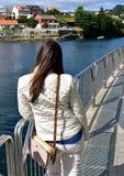 有基于扶手栏杆和看看法的妇女的河 加利西亚,蓬特韦德拉,西班牙 库存图片
