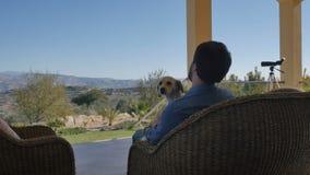 有基于现代别墅大阳台的狗的一个人  股票视频