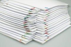 有堆的五颜六色的纸夹纸报告在桌上安排了 图库摄影