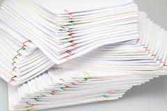 有堆的五颜六色的纸夹超载文书工作和报告 库存照片
