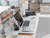 有堆的办公桌文书工作 库存照片