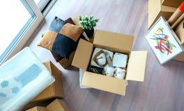 有堆的客厅移动的箱子 免版税图库摄影