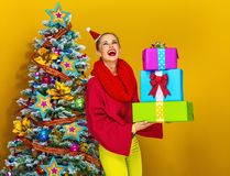 有堆的微笑的现代妇女圣诞节礼物箱子 库存照片