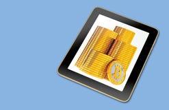 有堆的普通片剂在屏幕上的Bitcoins 皇族释放例证