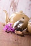 有堆的木匙子干燥茶和茶具 免版税库存照片