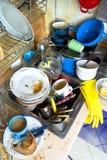 肮脏的厨房未洗的盘 免版税库存图片
