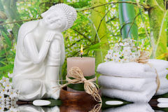 有堆的菩萨小雕象毛巾和一个蜡烛-温泉arrang 库存图片