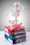 有堆的骨骼反对梯度的文件 库存图片