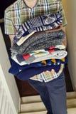 有堆的年轻人被折叠的毛线衣 库存图片