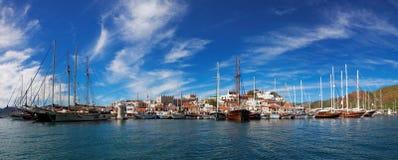 有堡垒和小游艇船坞的,看法马尔马里斯港市从 库存照片