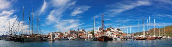 有堡垒和小游艇船坞的,从海,土耳其的看法马尔马里斯港市 图库摄影