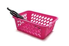 有塑料把柄的剪刀在一个桃红色篮子在 库存图片