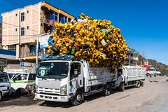 有塑料瓶的提格雷,埃塞俄比亚北部,非洲卡车 免版税图库摄影