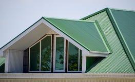 有塑料窗口和一个绿色屋顶的房子波纹状嘘 库存图片
