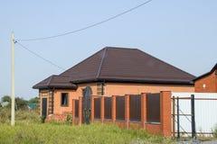 有塑料窗口和波纹状的板料屋顶的房子  库存照片