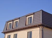 有塑料窗口和波纹状的板料屋顶的房子  免版税图库摄影