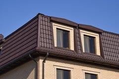 有塑料窗口和波纹状的板料屋顶的房子  图库摄影