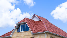 有塑料窗口和波纹状的板料屋顶的房子  库存图片