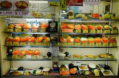 有塑料食物显示的日本餐馆 免版税库存照片