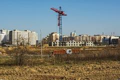有塔吊和一个多层的大厦的建造场所 免版税库存图片