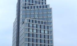 有塔吊的建造场所在蓝天, 2014年10月6日,索非亚,保加利亚 库存图片