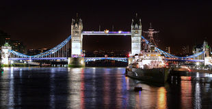 有塔桥梁和HMS的贝尔法斯特泰晤士河照亮了 库存照片