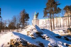 有塔的堡垒墙壁在17世纪的新耶路撒冷修道院附近 Istra,莫斯科郊区,俄罗斯 库存照片