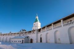 有塔的堡垒墙壁在17世纪的新耶路撒冷修道院附近 Istra,莫斯科郊区,俄罗斯 免版税库存图片